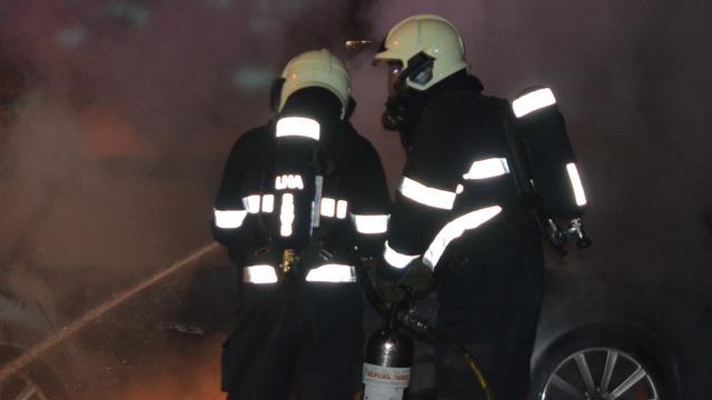Auto brandt uit na harde knal in Deventer