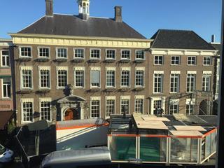 Vanaf het Stadhuis tot aan restaurant de Colonie staan nu nog grote, met zwart plastic bedekte, bouwhekken