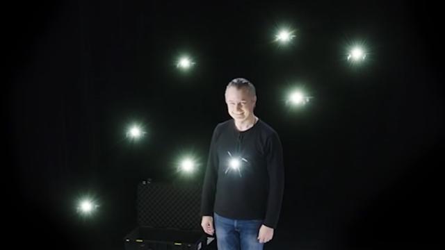 Illusionist geeft goochelshow met zwerm drones