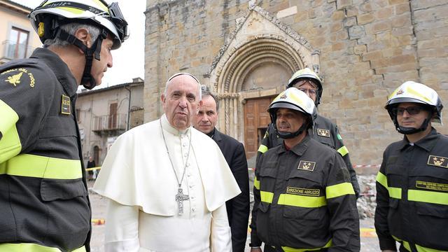 Paus brengt onverwachts bezoek aan aardbevingsgebied Italië