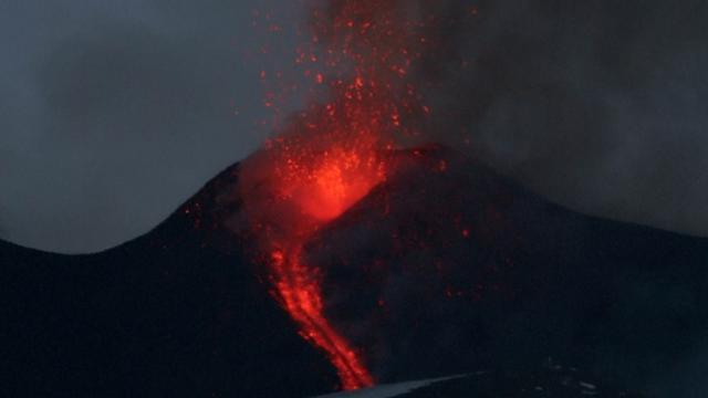 Vulkaan Etna op Sicilië spuwt lava