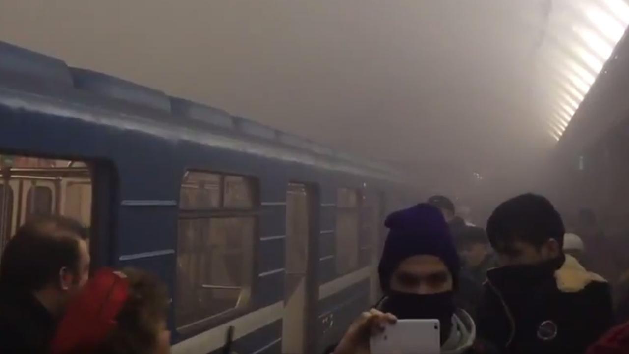 Metrostation Sint-Petersburg vol met rook na explosie