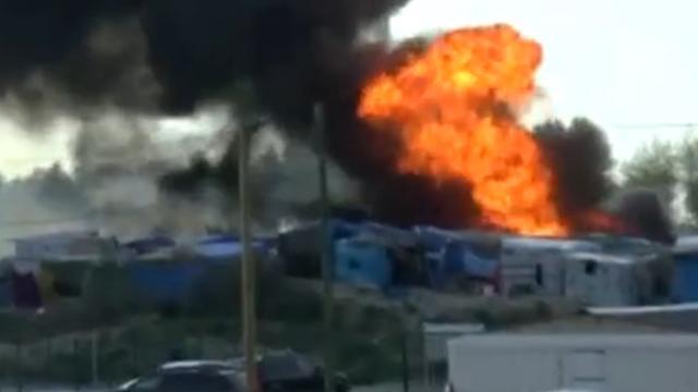 Gewonden na gevechten en branden in vluchtelingenkamp Calais