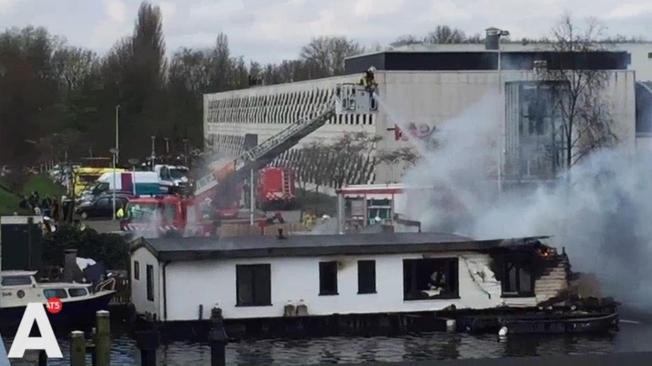 Brandweer blust vuur op woonboot