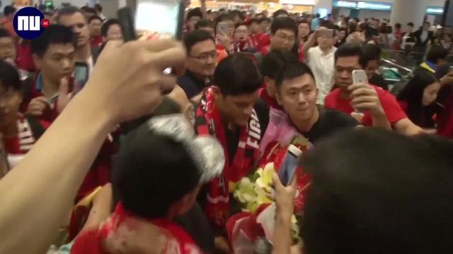 Honderden fans op vliegveld Shanghai onthalen Braziliaanse aanvaller Hulk