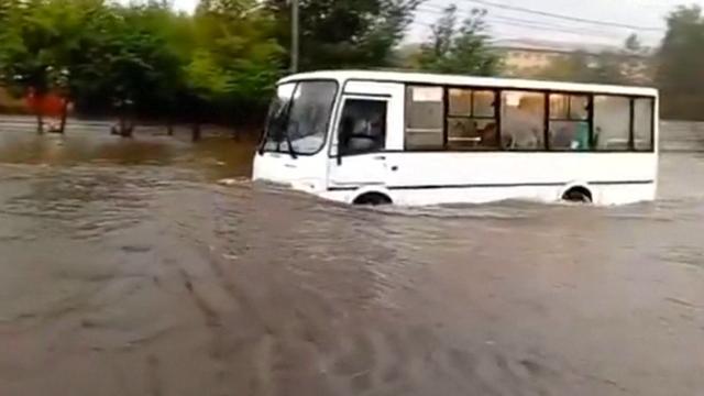 Overstroomde straten in Rusland door hevige regen