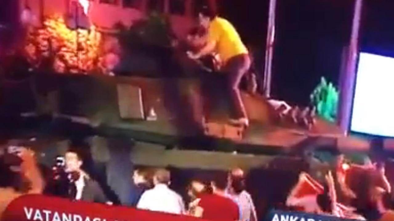Turken proberen tank tegen te houden