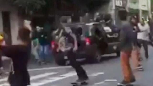 Automobilist rijdt dwars door groep skateboarders in São Paulo