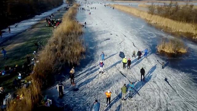 Drone filmt schaatsidylle in Ankeveen