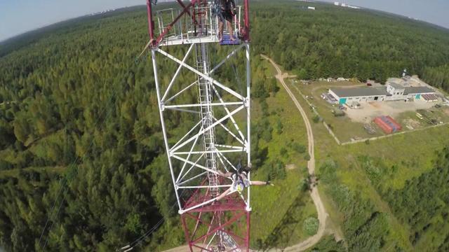 Man springt met touw uit zendmast in Wit-Rusland