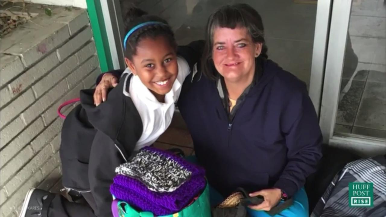 Meisje maakt toilettassen voor dakloze vrouwen