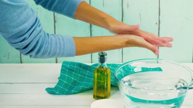 Maak een handscrub van olijfolie en een beetje suiker