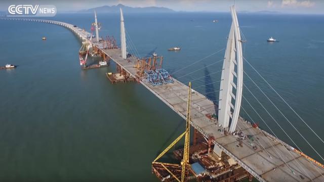 Delen langste overzeese brug ter wereld met elkaar verbonden