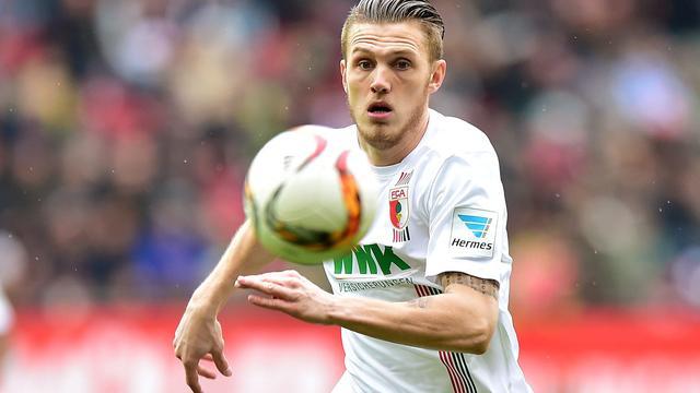 Gouweleeuw verlengt contract met een jaar bij FC Augsburg
