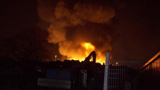 Huizen ontruimd bij brand autosloperij Groningen