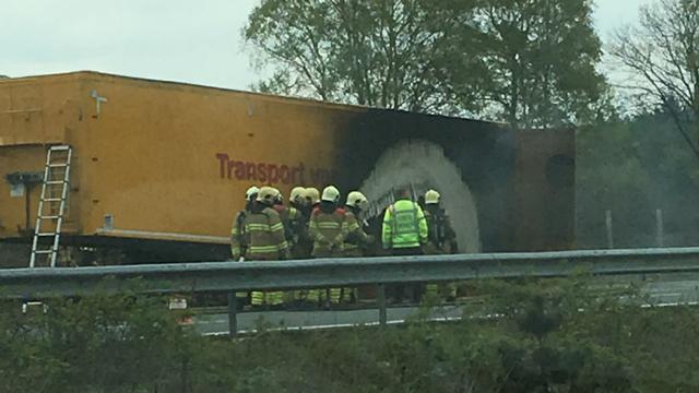 A50 hele middag dicht door brand mestwagen