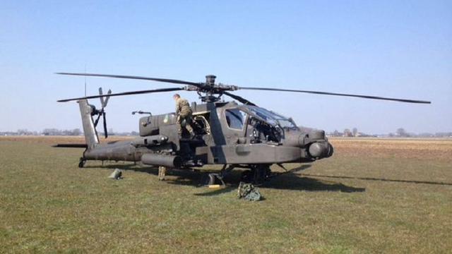 Apache moet voorzorgslanding maken in weiland na foutmelding