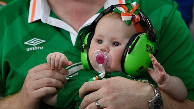 Ierse voetbalsupporters krijgen prijs van burgemeester Parijs