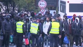 Migranten verlaten geïmproviseerd kamp in Parijs na sluiting