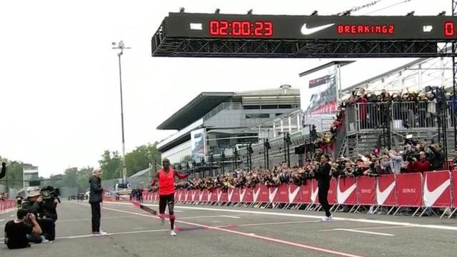 Keniaan Kipchoge komt 24 seconden tekort bij recordpoging op marathon