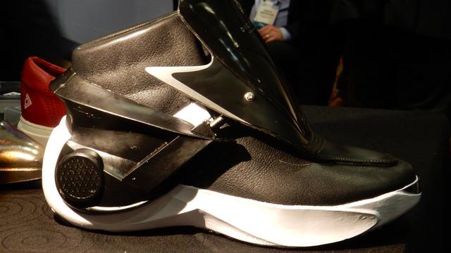 'Zelfstrikkende' schoen gebruikt smartphone-app