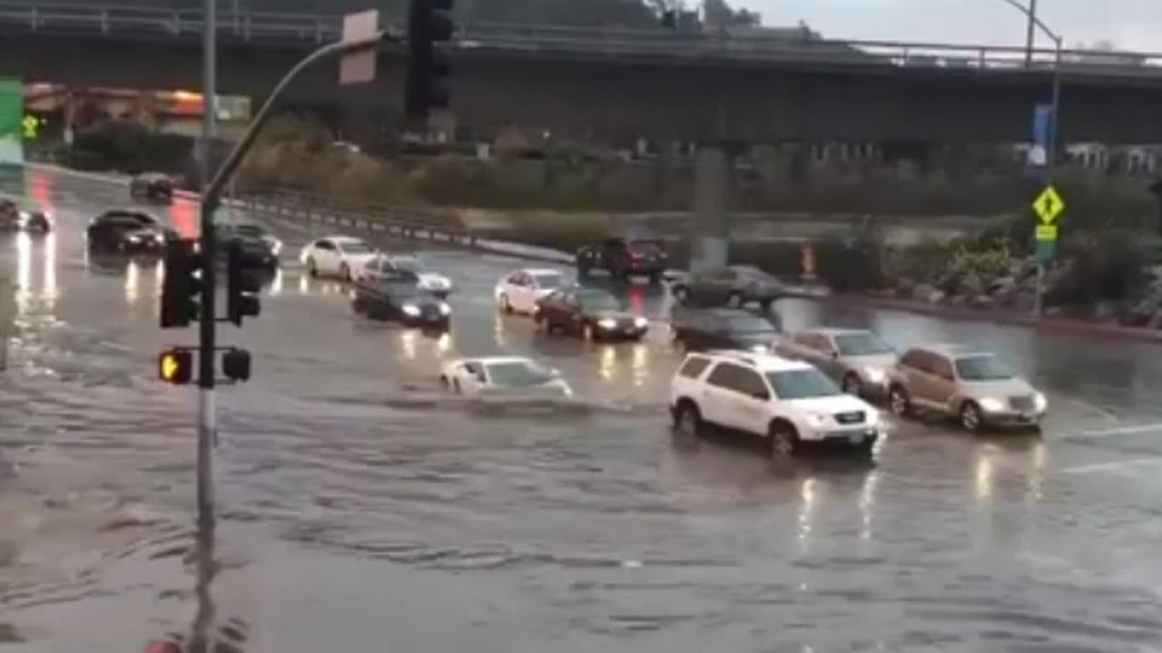 Lamborghini verdwijnt bijna in waterplas