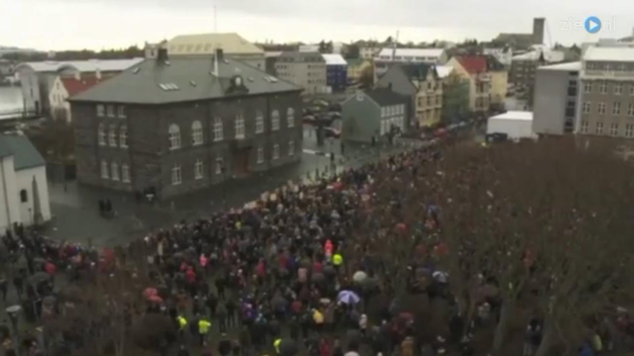 Duizenden demonstranten voor het parlementsgebouw in Reykjavik