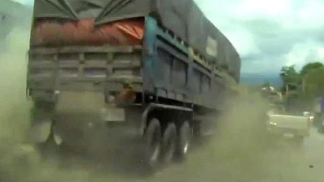 Vrachtwagenbestuurder Thailand overleeft ontploffing na remfalen