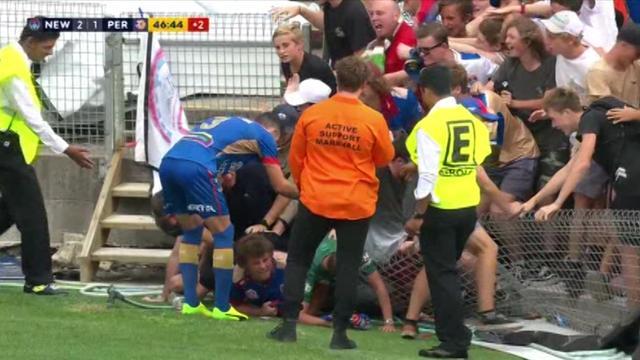 Fans Newcastle Jets in verdrukking nadat hek het begeeft