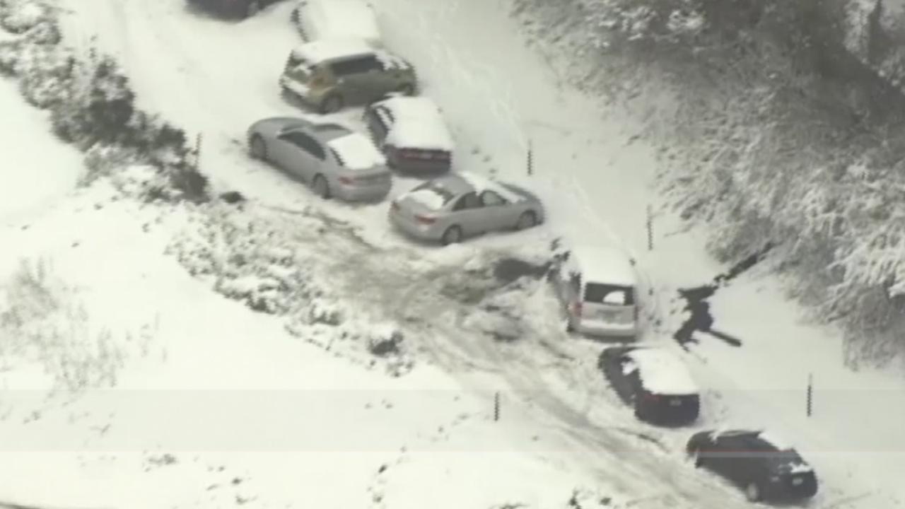 Verlaten auto's langs wegen in Portland door hevige sneeuwstorm