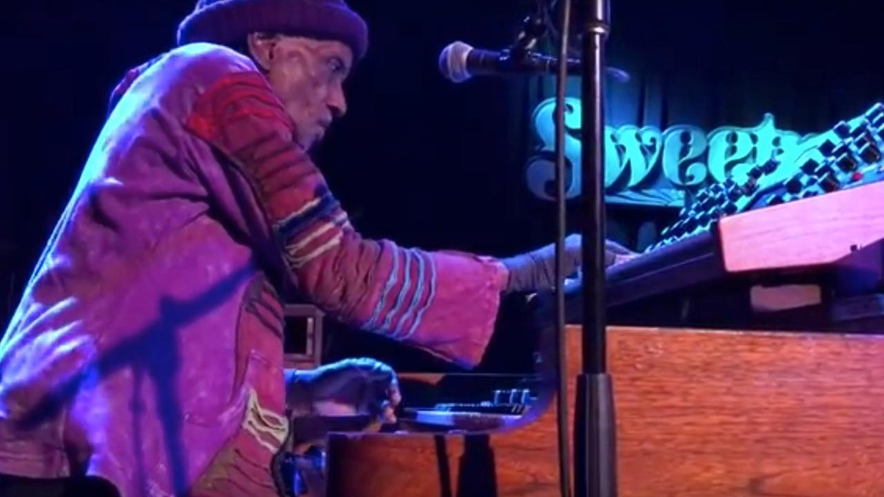 Bernie Worrell speelt een baslijn op zijn Moog-synthesizer