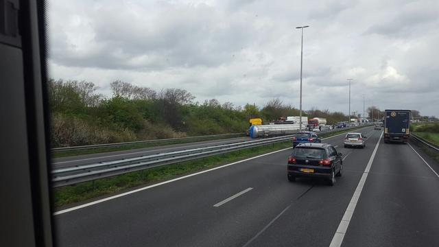 A2 enige tijd afgesloten na ongeluk tankwagen met appelsap