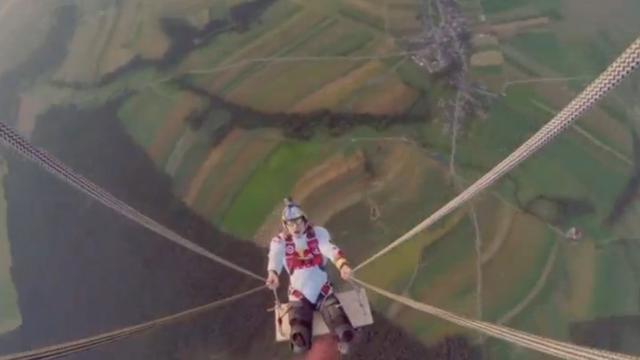 Skydivers schommelen aan luchtballon in Oostenrijk