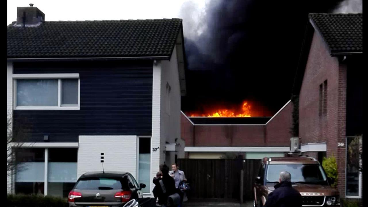 Brandweer massaal uitgerukt voor zeer grote brand Waalre