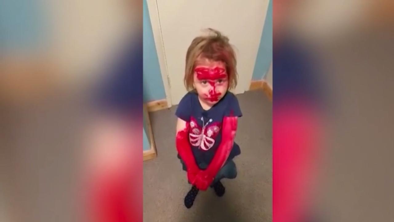 Meisje gebruikt lippenstift om op Spiderman te lijken