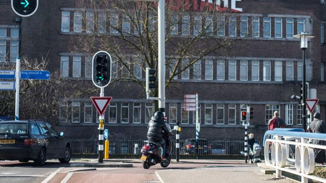Politie deelt veel boetes uit voor brommers op fietspad