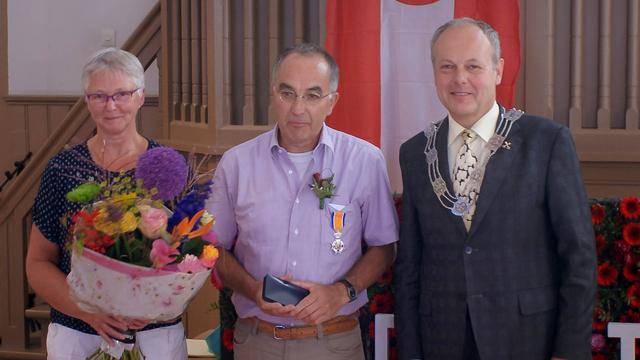 Dominee De Snoo ontvangt onderscheiding
