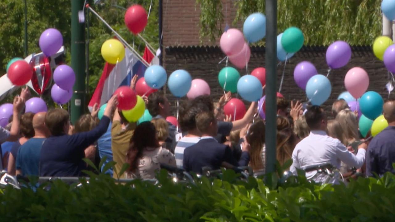 Aanwezigen laten ballonnen op tijdens begrafenis Savannah