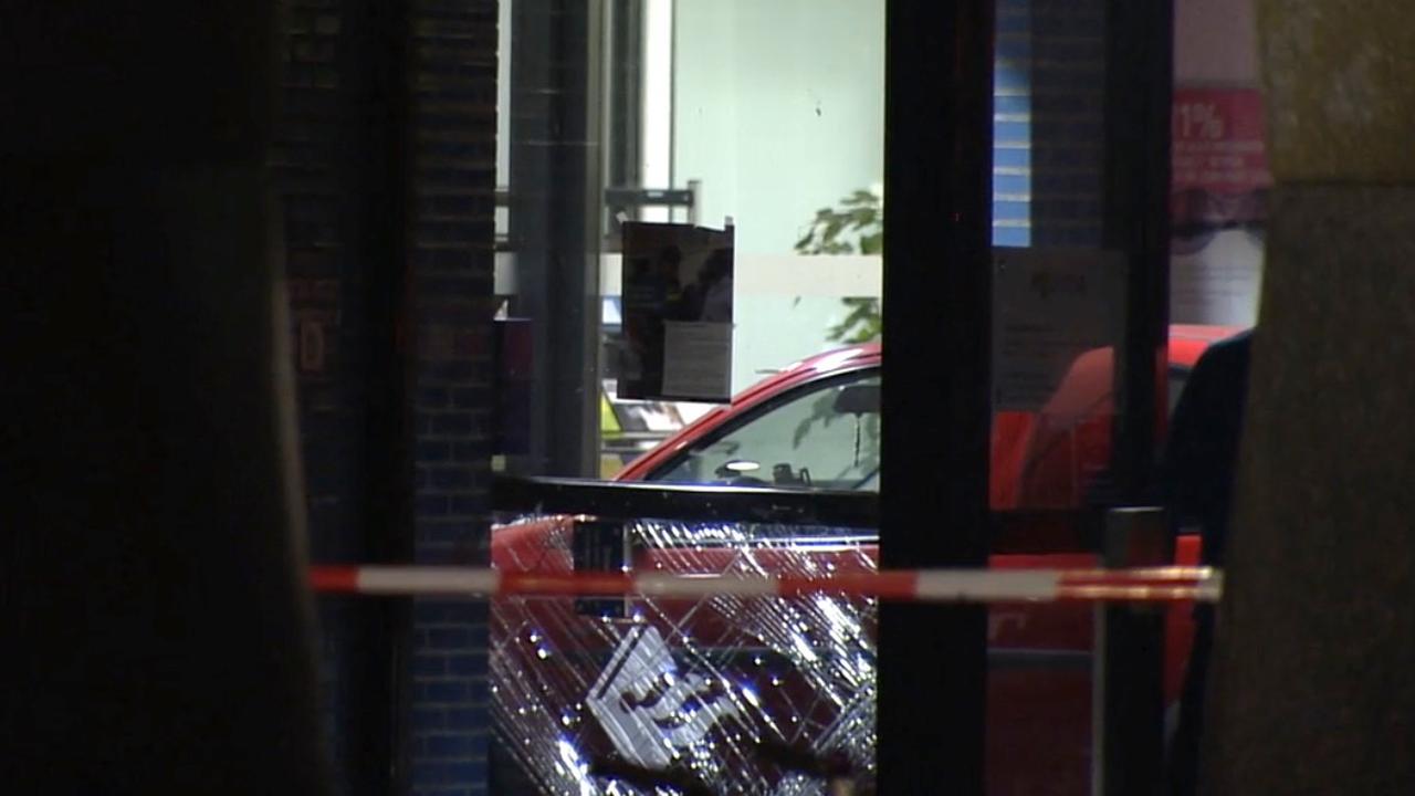 Man rijdt politiebureau Almere binnen