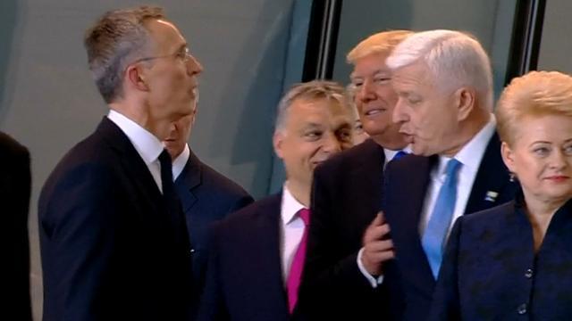 Trump duwt premier Montenegro tijdens fotomoment NAVO