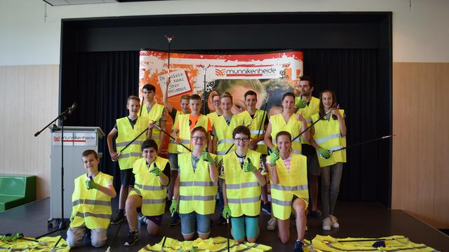Leerlingen Munnikenheide College in het nieuw voor schoonmaakactie