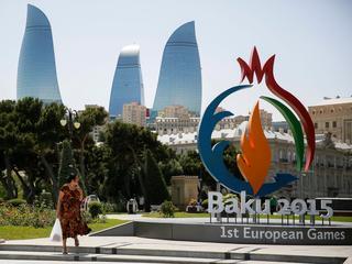 Reshmie Oogink draagt Nederlandse vlag in Azerbeidzjan