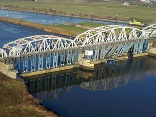 Waterpeil Maas tussen Sambeek en Grave zakte na het ongeval met enkele meters