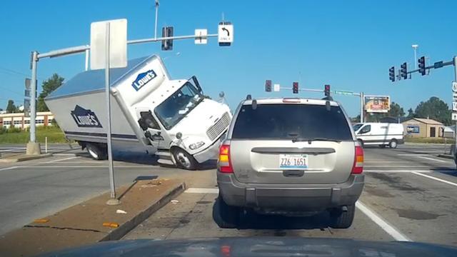 Vrachtwagen omvergereden na negeren stoplicht in Amerika