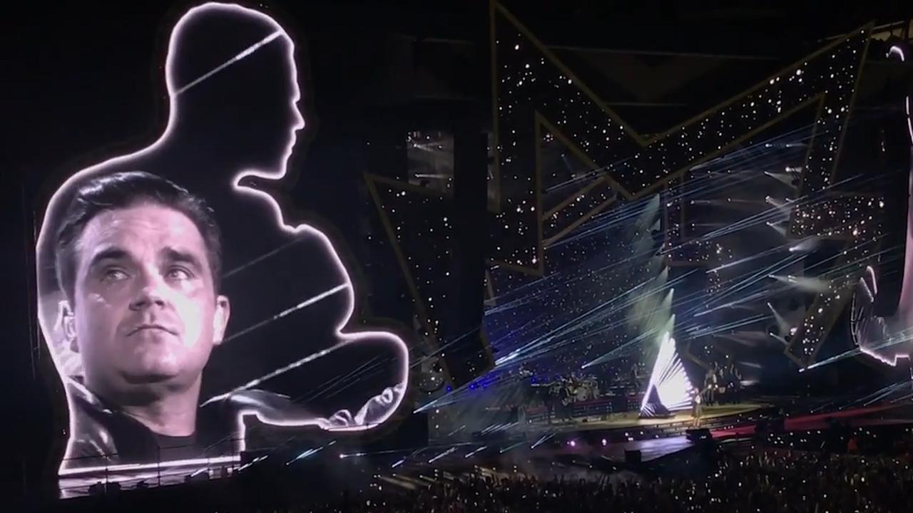 Robbie Williams zingt 'Angels' in Manchester en houdt het niet droog