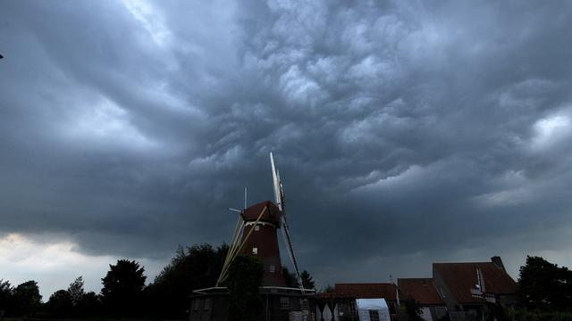 Code geel vanwege stevig onweer in oosten van Nederland