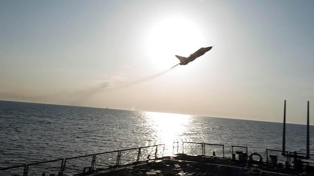 Russische vliegtuigen vliegen vlak langs Amerikaans marineschip