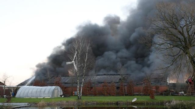Grote brand in loods met oldtimers in Brabantse Alphen