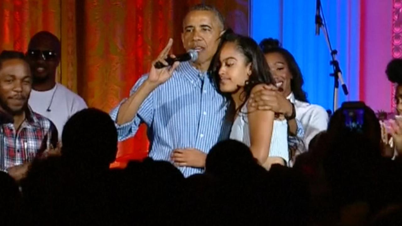Obama zingt jarige dochter toe