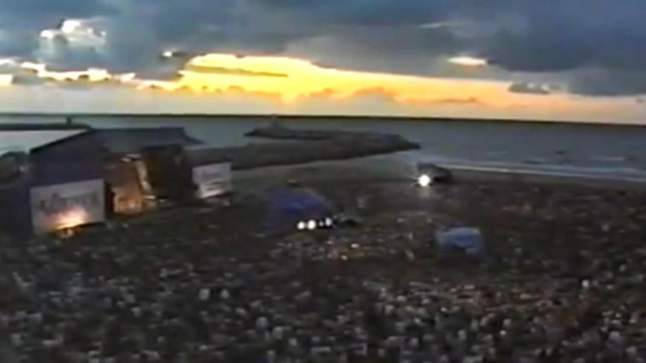Golden Earring speelt op het strand in 1986